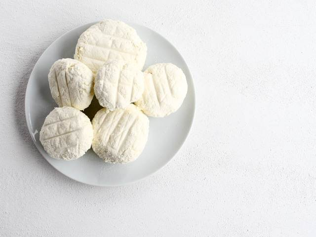 Lebanese loose cheese, jibneh layyin